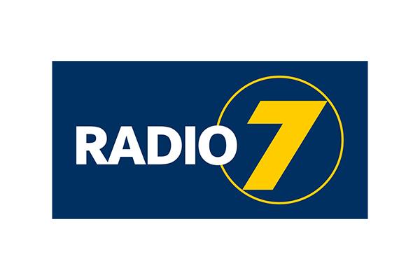 Radio 7 Logo mit gelber Sieben auf blauem Hintergrund