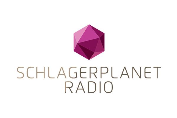 Lila Edelstein und Schlagerplanet Radio Schriftzug