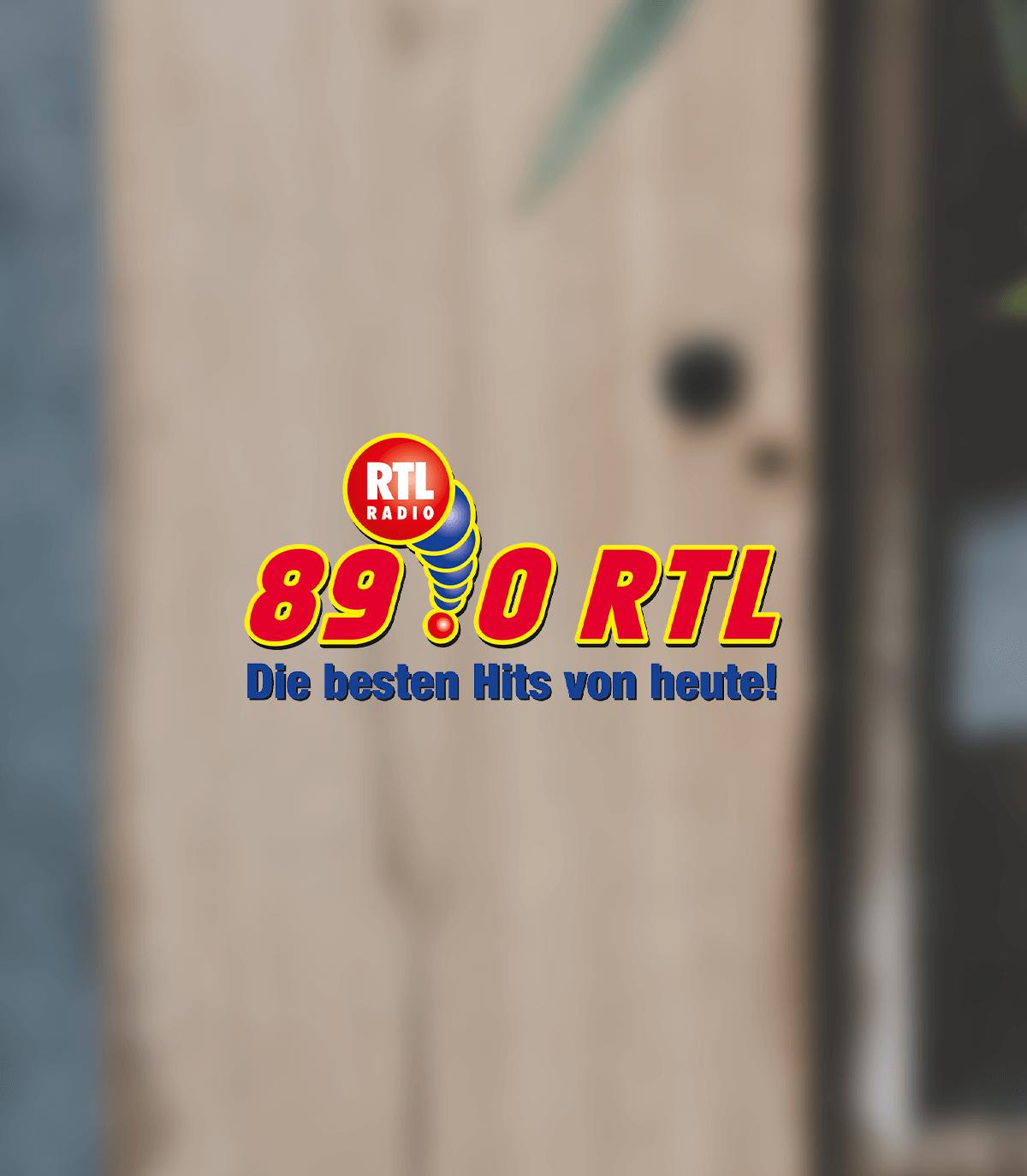 89 0 RTL Logo auf unscharfem Hintergrund