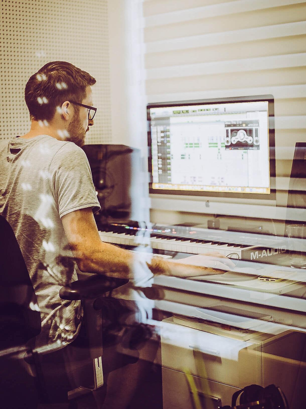 Producer vorm Bildschirm