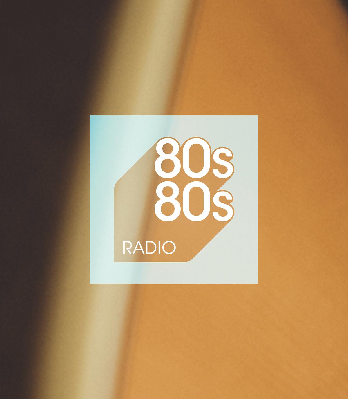 80s80s Logo auf unscharfem Hintergrund