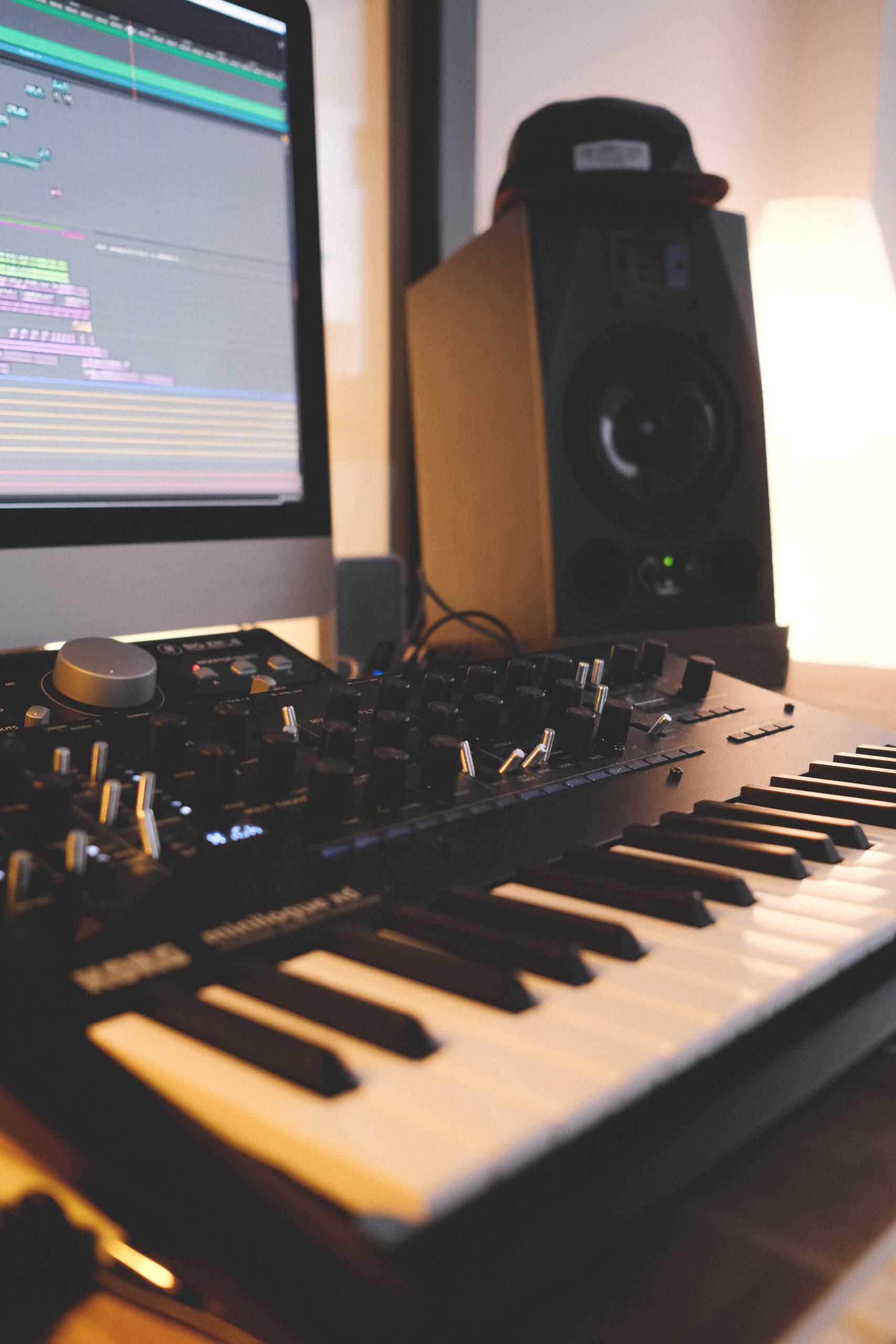 Studiotechnik mit Bildschirm Keyboard und Lautsprechern