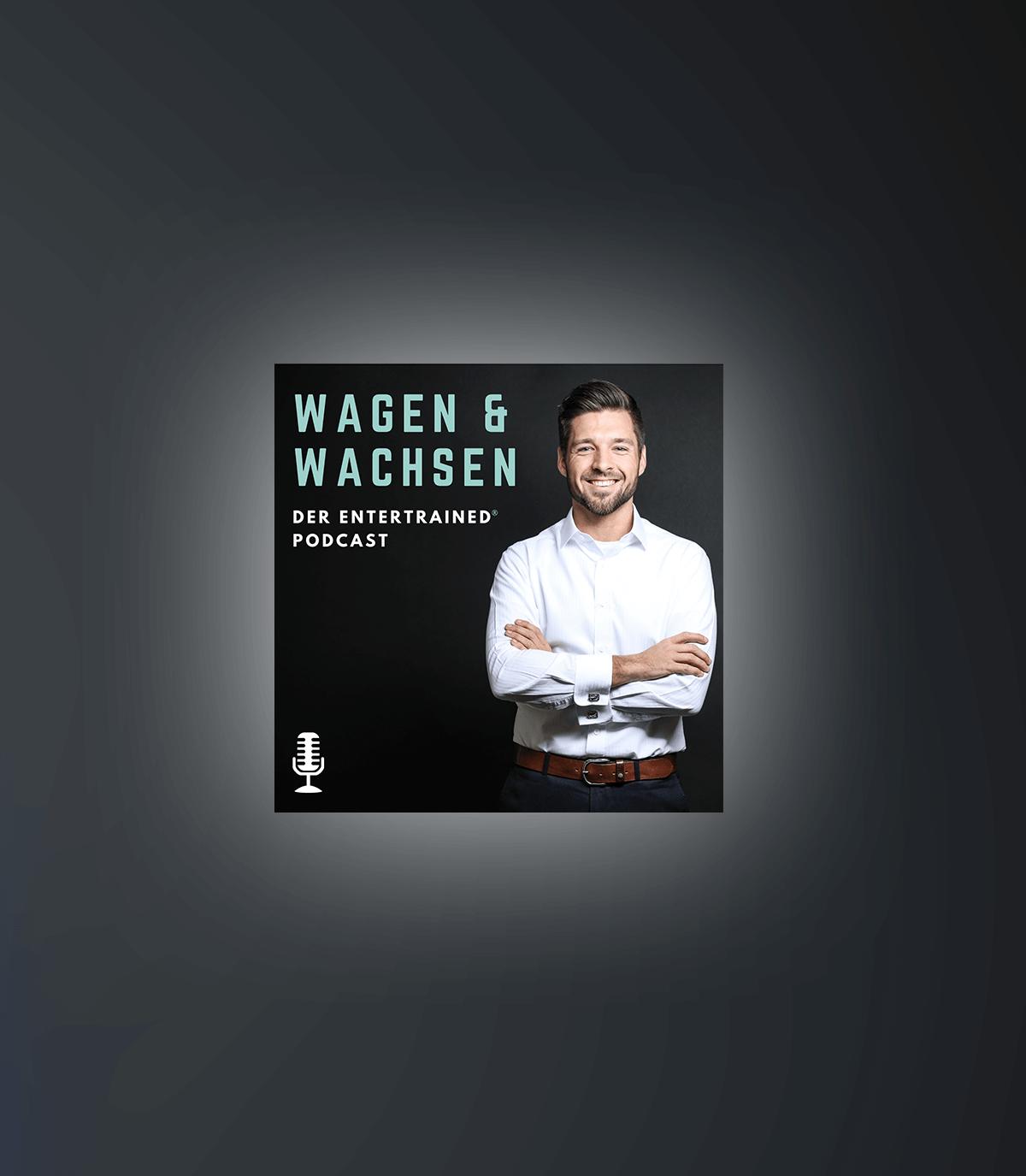 Bastian Breitenborn neben dem Podcast Logo